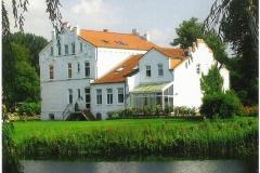 Gutshaus vom Teich aus gesehen